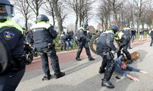 هولندا تعتقل 58 شخصا احتجوا على إجراءات كورونا