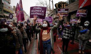 احتجاج نسوي في إسطنبول ضد قرار أردوغان