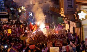 في اسطنبول… مشاهد جريئة خلال تظاهرات نسائية تثير ضجة