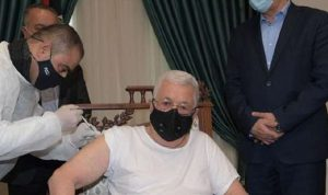 الرئيس الفلسطيني يتلقى لقاح كورونا
