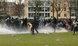 الشرطة الهولندية تستخدم خراطيم المياه لتفريق المحتجين