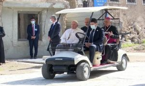 البابا يتجول بسيارة صغيرة بين أحياء الموصل المدمرة