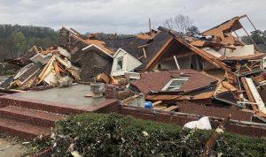 بالفيديو: المياه تجرف منزلا بأكمله بعد انهياره!