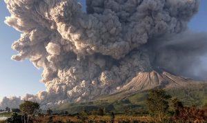 في إندونيسيا.. بركان ينفث سحابة من الرماد لـ5 كيلومترات