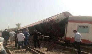 في مصر.. قتلى وجرحى بخروج قطار عن مساره (صور)