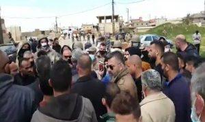 """بالفيديو- ضابط لأحد المحتجين: """"ما عم لاقي حليب لولادي!"""""""