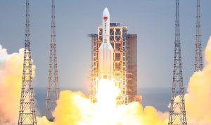 صاروخ الصين التائه تفكّك… أين سقطت بقاياه؟ (فيديو)