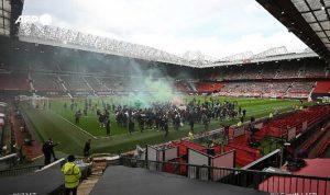 """جماهير """"مانشستر يونايتد"""" تقتحم ملعب """"أولد ترافورد"""" (فيديو)"""