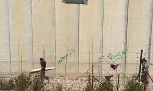 فلسطينيون يحاولون تحطيم السياج الشائك عند الحدود (فيديو)