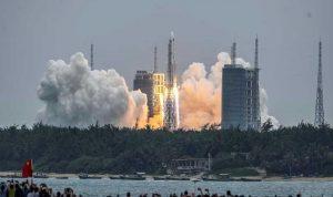 الصين تطلق صاروخًا إلى محطتها الفضائية