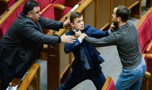 تبادل لكمات بين نائبين أوكرانيين ببرنامج تلفزيوني (فيديو)