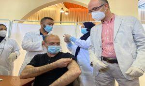 """وزير الصحة يفتتح ماراتون """"أسترازينيكا"""" بتلقيه اللقاح"""