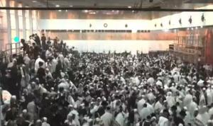 60 جريحًا بانهيار مدرج في كنيس غرب القدس (فيديو)
