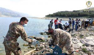الجيش يشارك في إزالة الأسماك النافقة عن ضفة القرعون