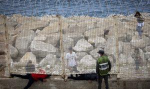 قوات مغربية تشتبك مع مهاجرين قرب جيب سبتة الإسباني