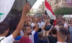 """مسيرة غاضبة في جبل محسن: """"بالروح بالدم نفديك يا بشار"""""""