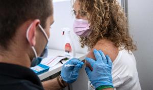 تطعيم المئات بجرعة منتهية الصلاحية من لقاح كورونا!