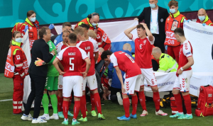 """في """"يورو 2020″… سقوط لاعب وإيقاف المباراة! (فيديو)"""
