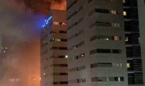 بالفيديو: حريق ضخم يلتهم مبنى في أبو ظبي