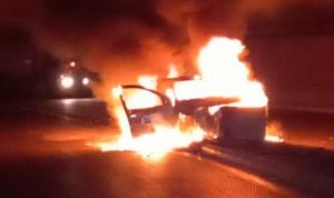 حادث واشتعال سيّارة والسبب… غياب الإضاءة! (صورة)
