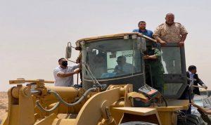 الدبيبة يقود جرافة لفتح الطريق الساحلي في ليبيا (فيديو)