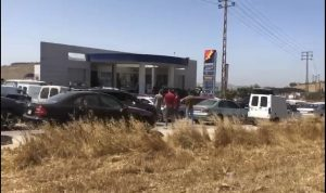 استحداث طريق بسبب الازدحام أمام محطة للوقود بإبل السقي