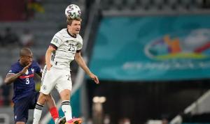 بالفيديو… مشجع يقتحم مباراة فرنسا وألمانيا بمظلة