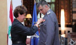 فرنسا تقلد اللواء عثمان وسامًا