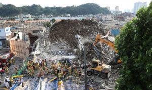 قتلى وجرحى في انهيار مبنى على حافلة في كوريا الجنوبية