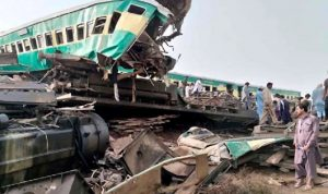 أكثر من 30 قتيلًا في اصطدام قطارين في باكستان