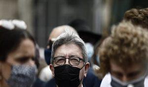 مجهول يلقي الطحين على رئيس حزب فرنسي! (فيديو)
