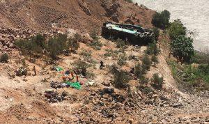 بيرو- مقتل 17 شخصا إثر سقوط حافلة في واد جبلي