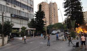 """محتجون يرشقون """"مياه لبنان الجنوبي"""" في صيدا بالحجارة (فيديو)"""