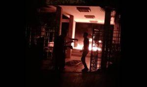 """إحراق مدخل """"مؤسسة مياه لبنان الجنوبي"""" في صيدا (فيديو)"""