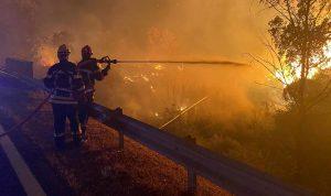 حريق ضخم يهدد المنازل في أثينا