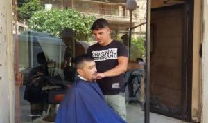 """الحلاقة في طرابلس على الرصيف …و""""الجايي أسوأ"""""""