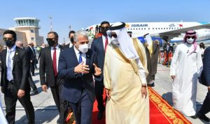 وزير الخارجية الإسرائيلي يصل البحرين في زيارة تاريخية