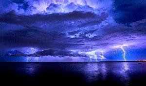 الأمطار تشتد مساء… استعدوا للعواصف والرياح!