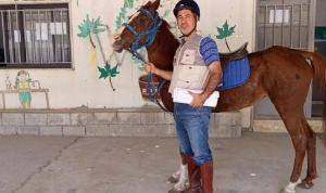 أستاذ يصل إلى الثانوية ممتطيًا حصانه!