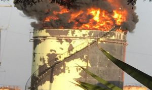 بالفيديو- حريق في منشآت الزهراني.. وتخوف من وقوع انفجار