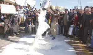منتجو الحليب يرمونه في الشوارع