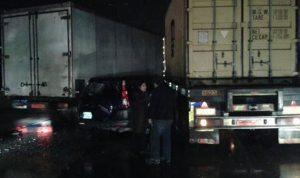 بالصور.. حادث سير بين شاحنتين وسيارة في انطلياس
