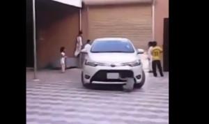 بالفيديو… سيارة تدهس طفلة داخل منزل أسرتها
